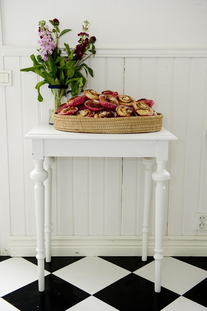Butik Lanthandeln Vitt litet bord med svarvade ben SåLT