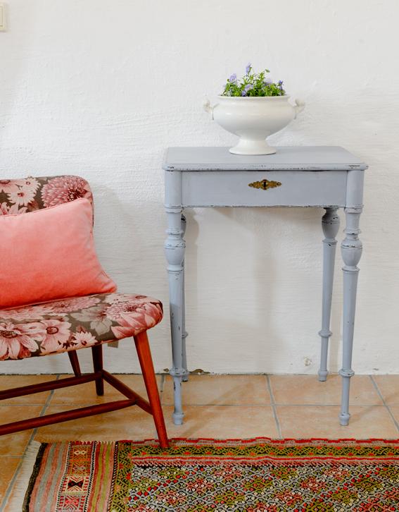 Butik Lanthandeln Ett litet gulligt avlastningsbord SåLT
