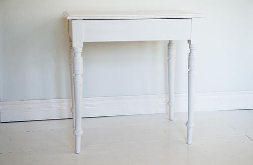 vitt gammalt bord  SÅLT