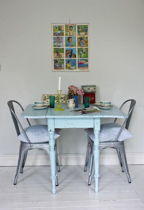 Gammalt bord i turkost  SÅLT