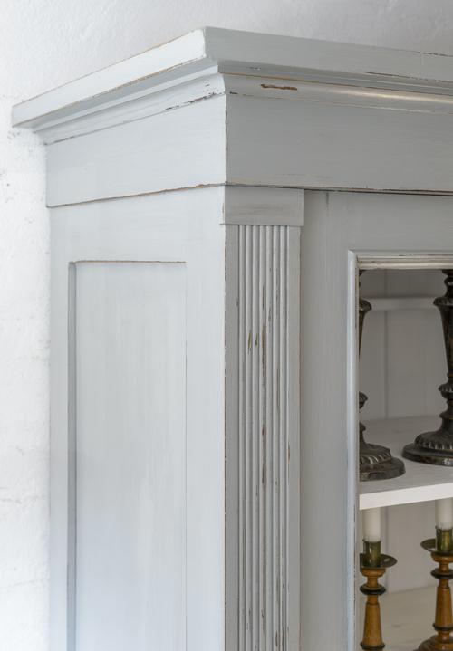 Stort vackert vitrinskåp i grått      SÅLT