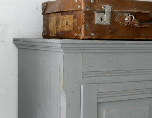 Grafitgrått gammalt klädskåp   SÅLT