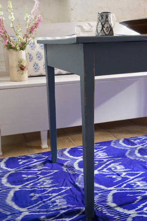 Blått bord med låda   SÅLT