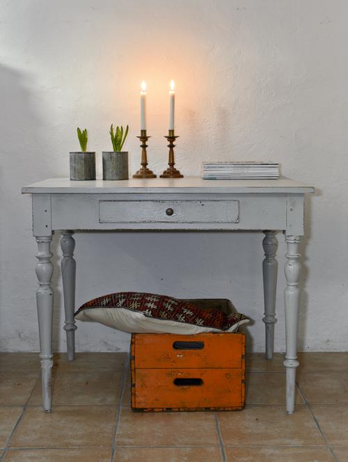 Vackert avlastningsbord i grått  SÅLT