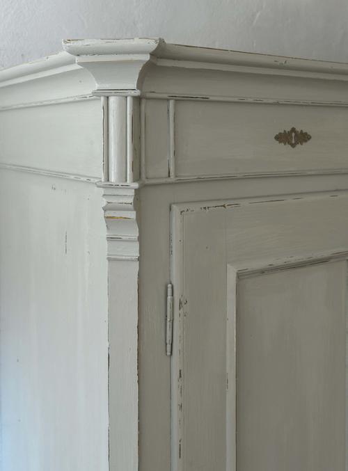 Grått gammalt skåp med dubbla dörrar    SÅLT