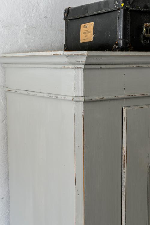 Unikt gammalt klädskåp i grått   SÅLT