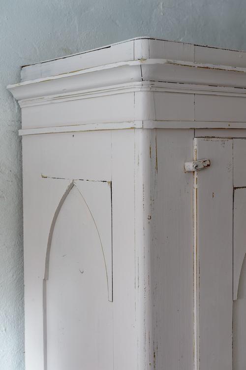 Fint gammalt klädskåp i puderrosa   SÅLT