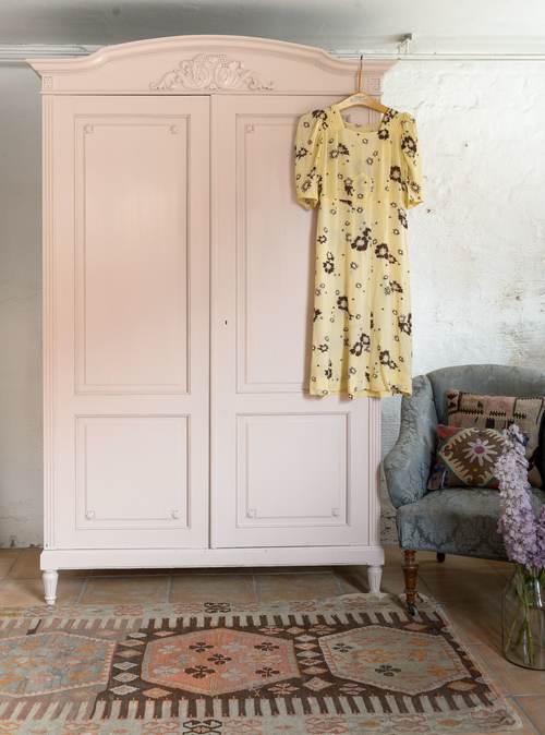 Ett alldeles speciellt klädskåp i decopink