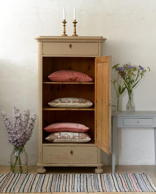 charmigt skåp i brun/rosa   SÅLT