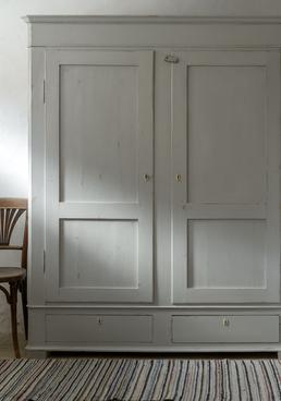 Stort antikt klädskåp med dubbla dörrar