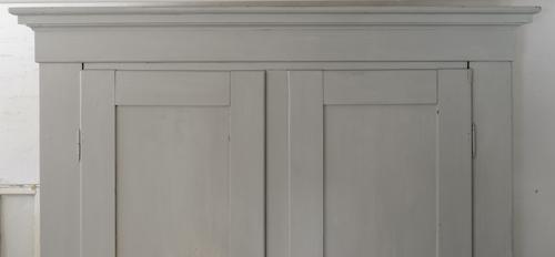 Stort vackert gammalt klädskåp i grått  SÅLT
