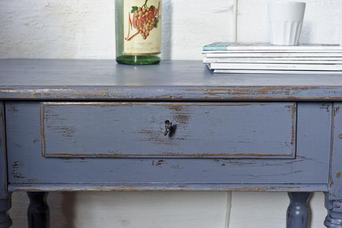 Vackert litet bord med låda   SÅLT