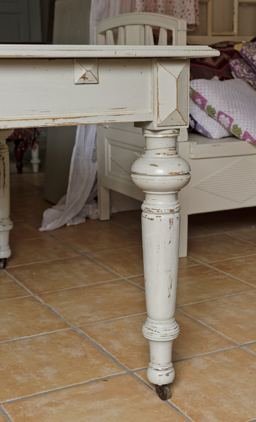 Gammalt rustikt matbord i varmgrått    SÅLT