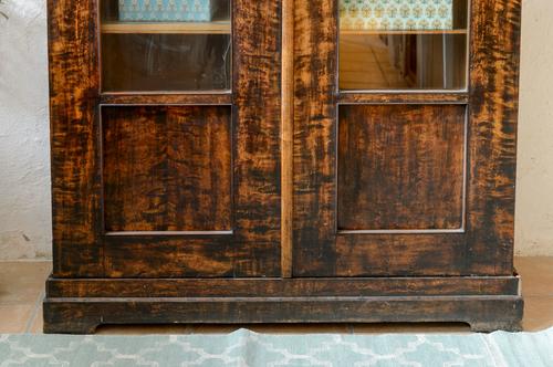 Galet vackert vitrinskåp från tidigt 1800-tal