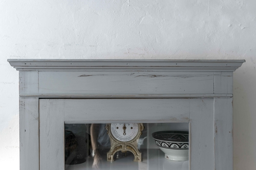 Enkelt och vackert vitrinskåp i grått.   SÅLT