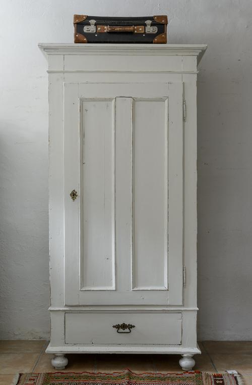 Ett gammalt fint klädskåp i vitt      SÅLT
