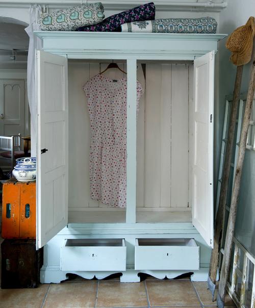 Vackert turkost gammalt klädskåp   SÅLT
