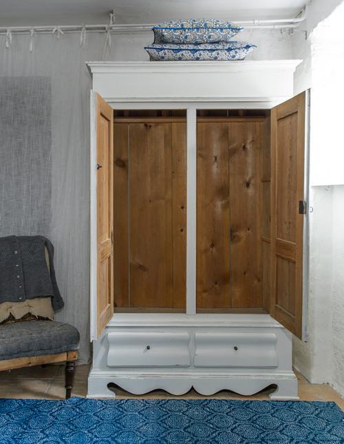 Charmigt gammalt klädskåp i vitt    SÅLT