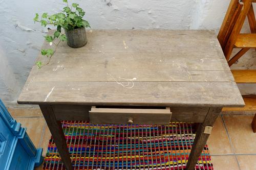 Vitriolgrått litet bord med låda   SÅLT