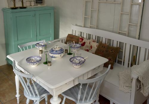 Fint gammalt matbord med svarvade ben  SÅLT