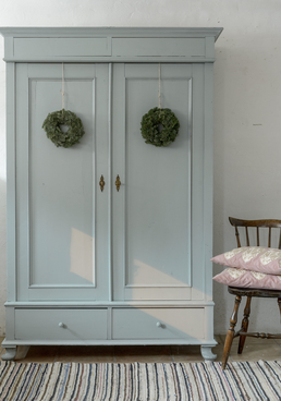 Vackert klädskåp med dubbla dörrar     SÅLT