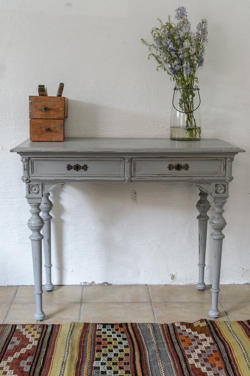 gammalt fint skrivbord i grått    SÅLT