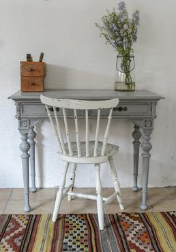 gammalt fint skrivbord i grått