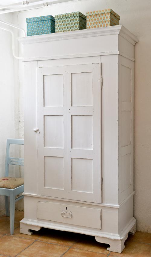 Vackert vitt klädskåp    SÅLT