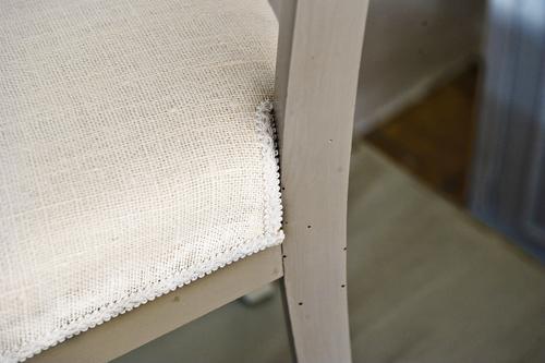 Grå stolar med klädd sits av vitt grovt lintyg.   SÅLDA