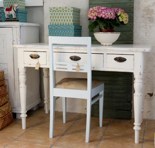 Fint gammalt skrivbord i vitt  SÅLT