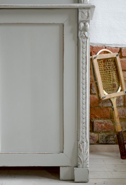 Stort antikt vitrinskåp i grått   SÅLT