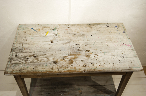 Vackert nött och slitet avlastningsbord  SÅLT