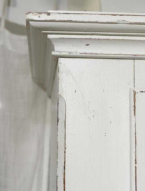 Vackert slitet klädskåp i ljusgrått     SÅLT