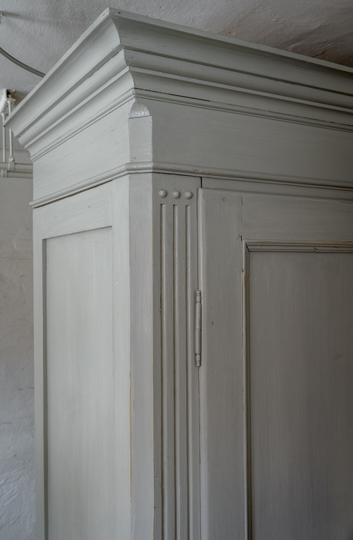 Stort grått klädskåp med dubbla dörrar    SÅLT