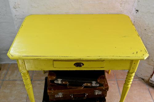 Häftigt gammalt bord i gult   SÅLT