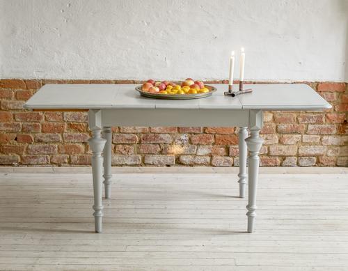 vackert gammalt matbord med svarvade ben   SÅLT