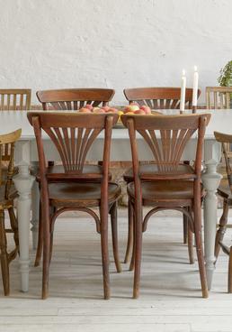 vackert gammalt matbord med svarvade ben