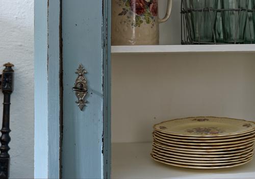 Litet fint vitrinskåp i turkos/blått     SÅLT