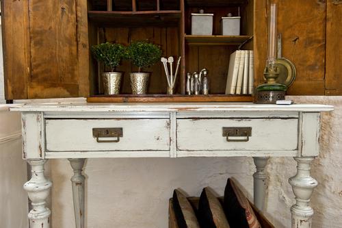 Romantiskt och ruffigt skrivbord/sidebord    SÅLT