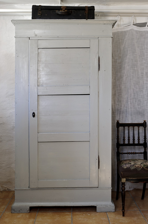 Rustikt gammalt klädskåp  SÅLT