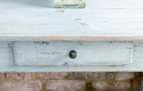 Litet avlastningsbord i blekt blåton  SÅLT