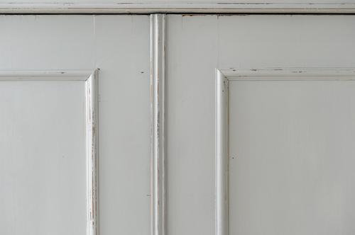 Vackert gammalt klädskåp i ljusgrått     SÅLT