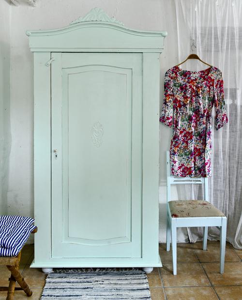 Charmigt gammalt klädskåp   SÅLT