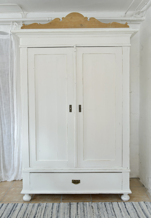 Stort vitt gammalt  klädskåp   SÅLT
