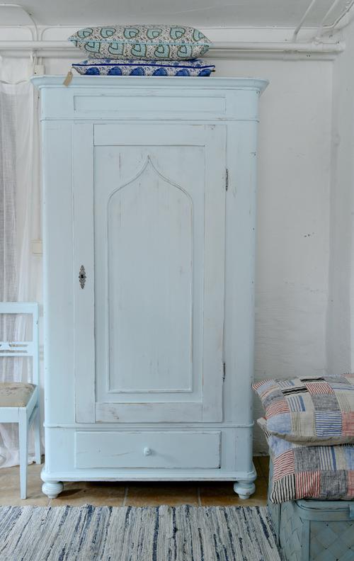 Ett gammalt klädskåp i turkost   SÅLT