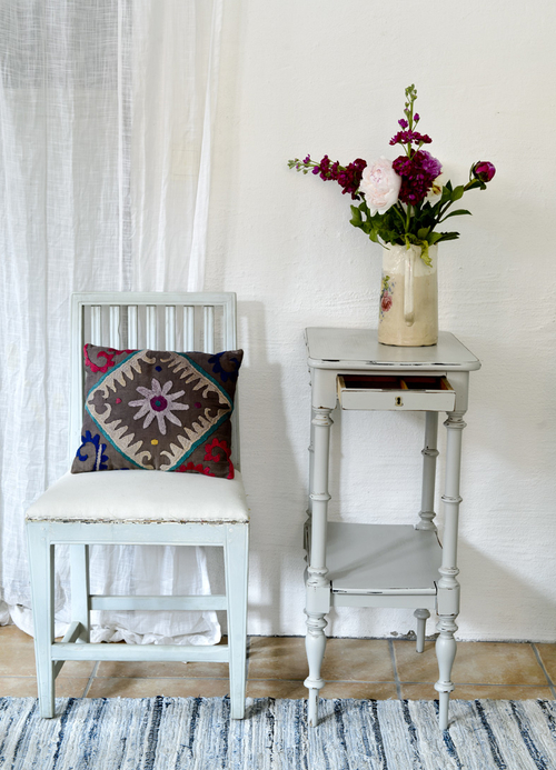 Ett charmigt avlastningsbord med hylla   SÅLT