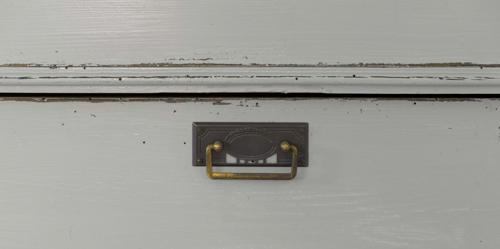 Varmgrå byrå från 1800-talet   SÅLD