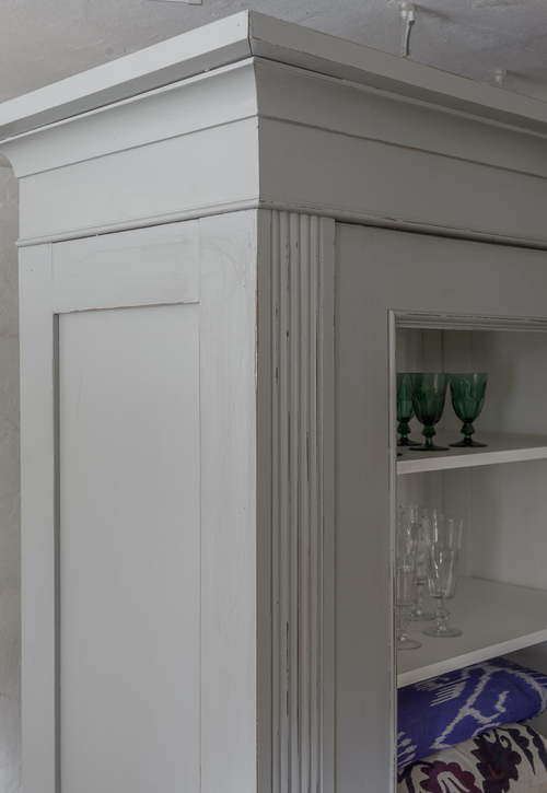 Grått gammalt vitrinskåp med vit insida    SÅLT