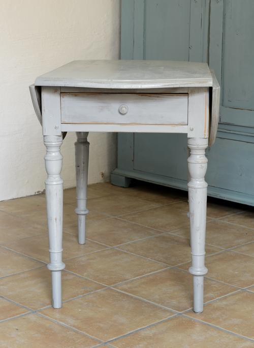 Runt klaffbord med svarvade ben     SÅLT