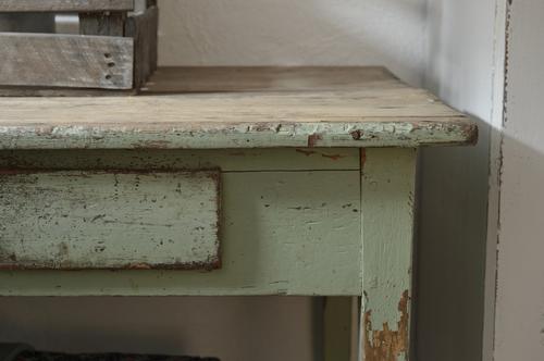 Gammalt charmigt bord i grönt   SÅLT